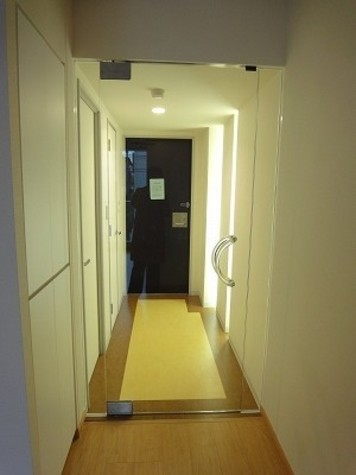 間接照明付きの玄関・廊下部分