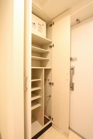参考写真:下足入れ(2階・反転タイプ)