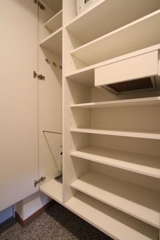 参考写真:下足入れ(3階・同タイプ)