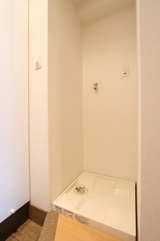 参考写真:洗濯機置場(6階・別タイプ)