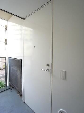 白い大きな玄関ドア