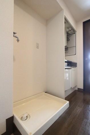 参考写真:洗濯機置場(8階・反転タイプ)