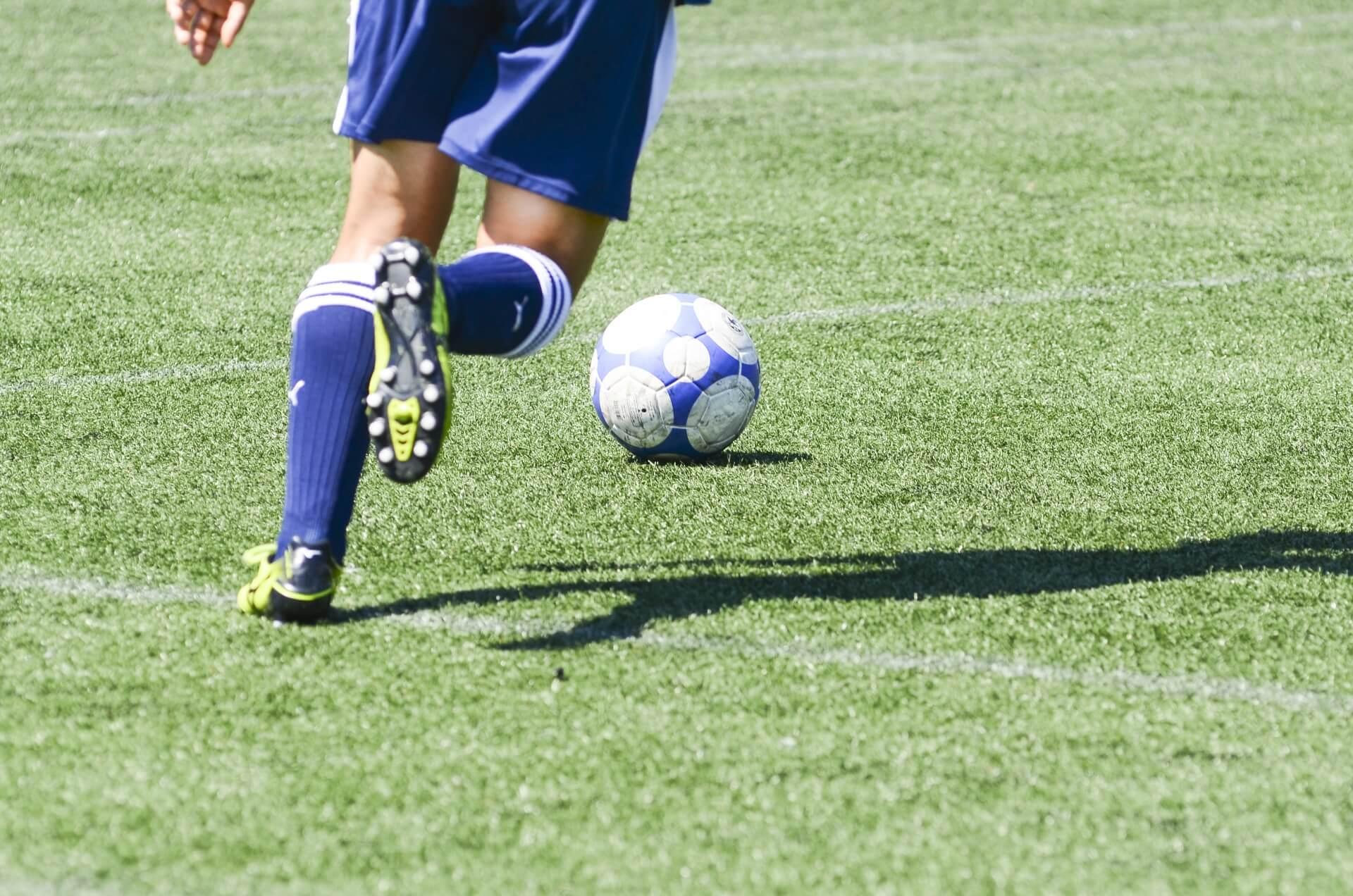 サッカー で巧いサイドハーフの動き方、ボールの貰い方