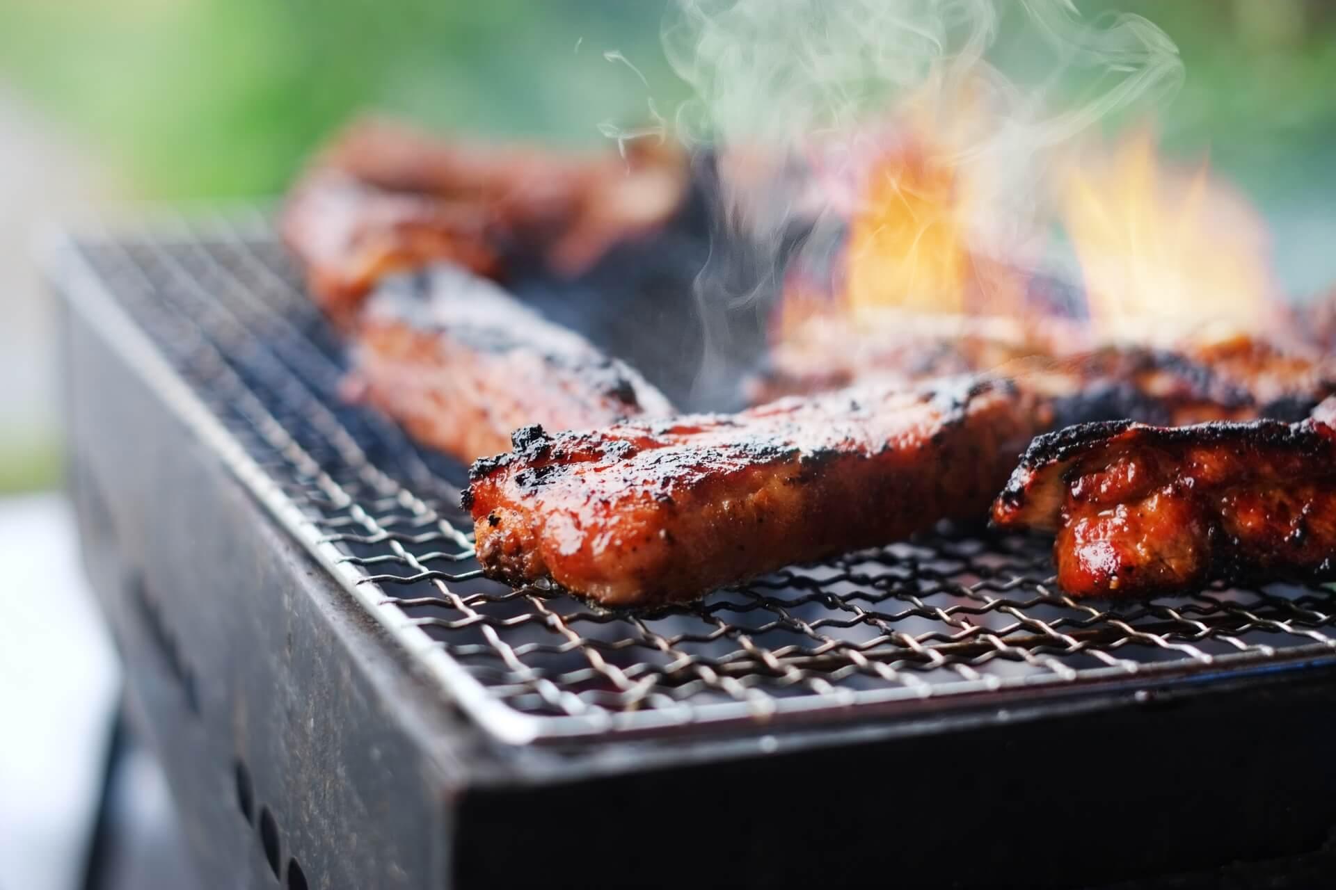 バーベキューで肉を焼く風景