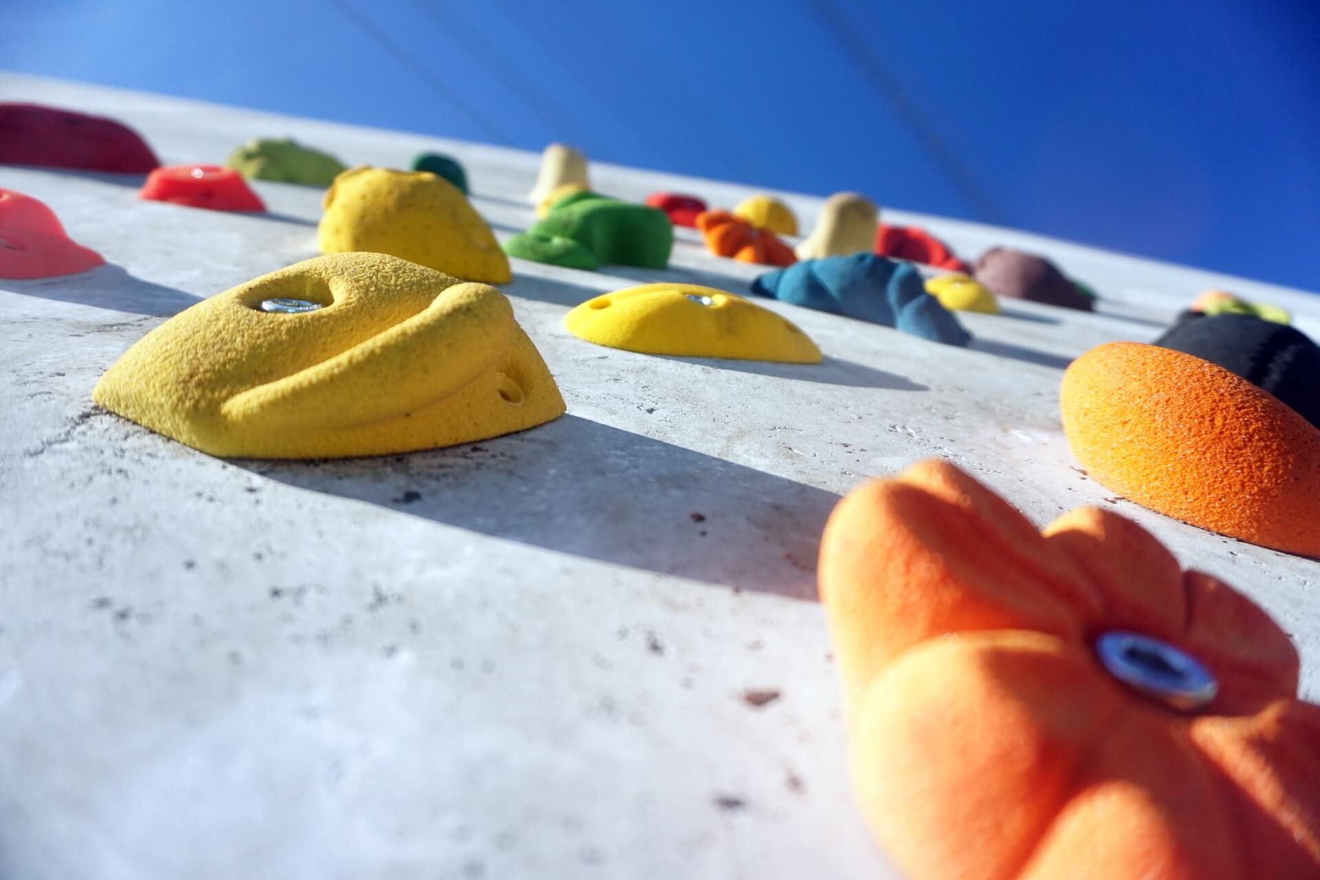 ほとんどの初心者が登れないレベル。ボルダリング4級はどんな壁を登るの?