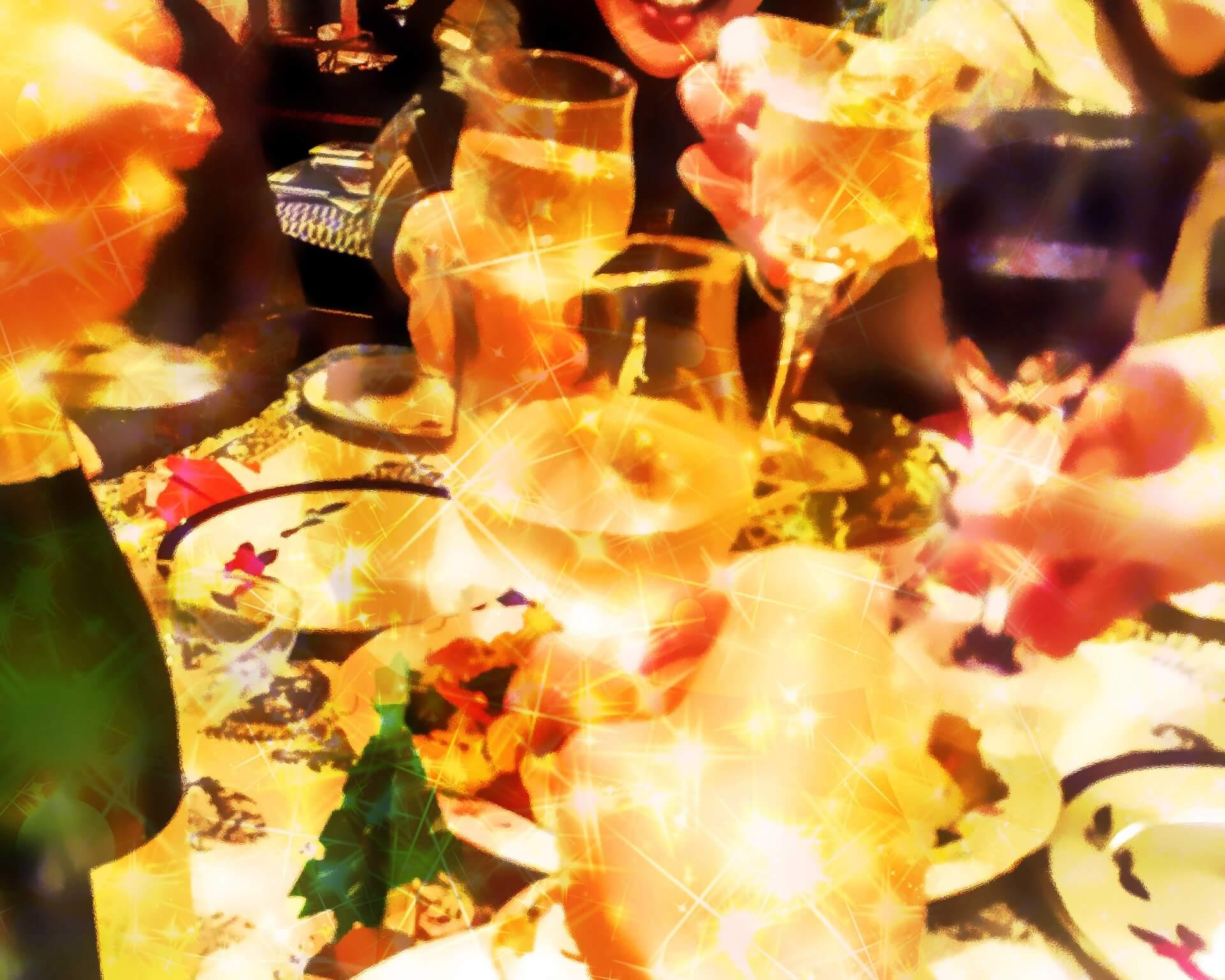 アルコールが並ぶ飲み会の風景