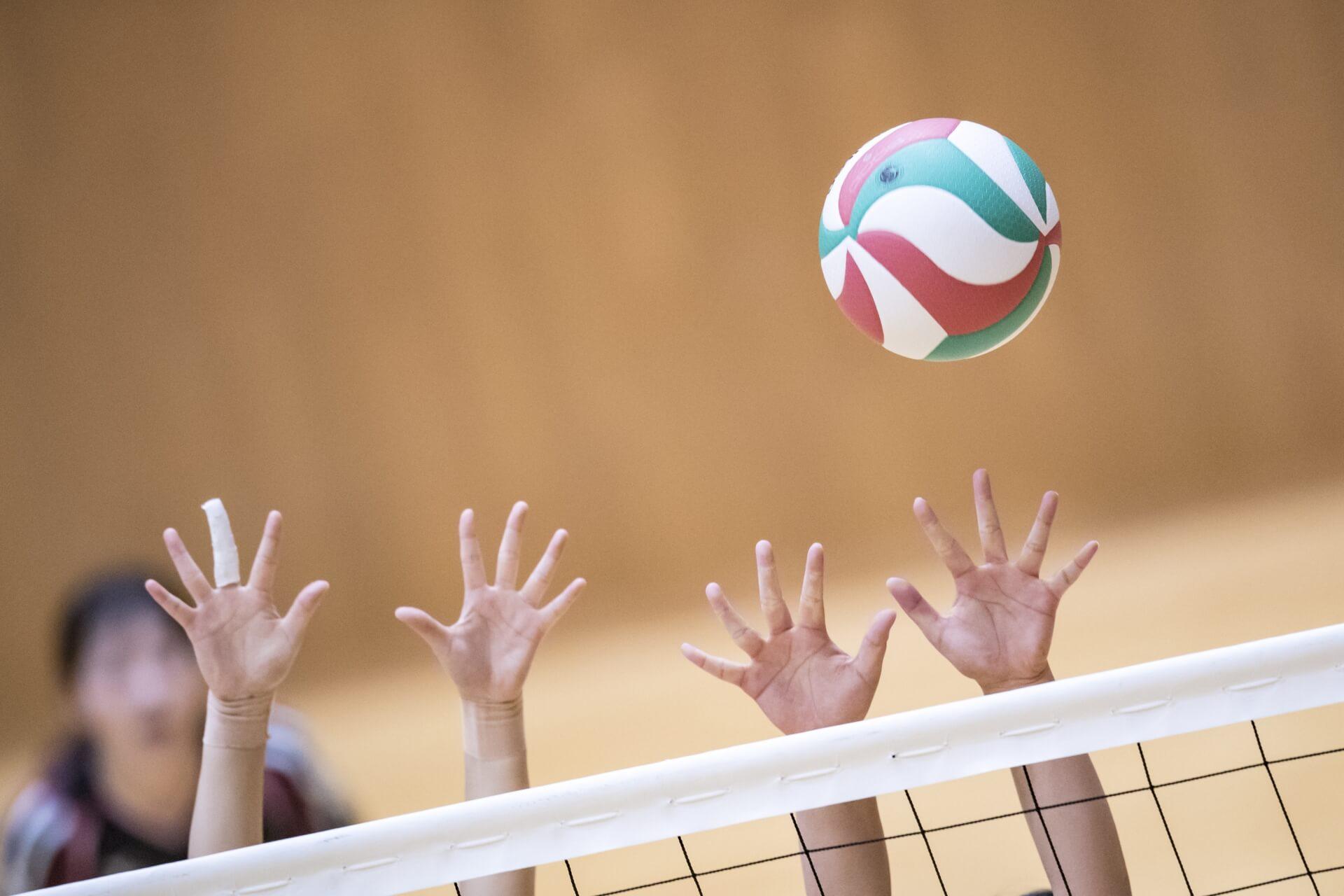 バレーボールをプレイする人々
