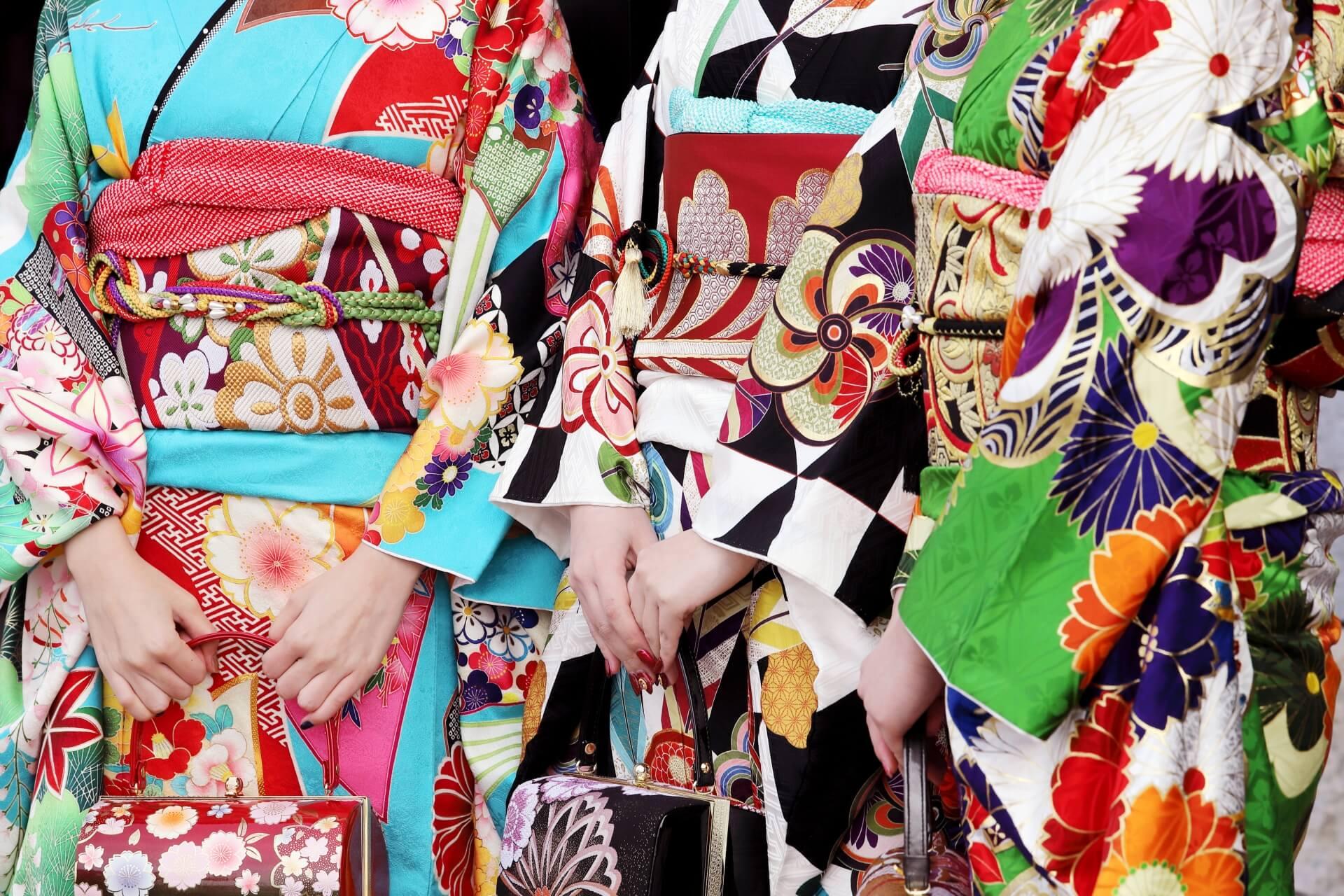 成人の日に振り袖を着る女性