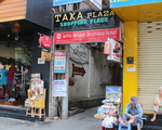 マウンテンリトリート 「TAKAPLAZA」の看板が見えますので、この路地を入ります