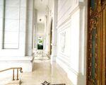 コッチニー 透明感ある白い回廊。玄関は三つありますのでどちらからでも