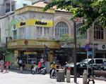 ゴックチャウガーデン 高層ビルを超えると、すぐに右に曲がる道「フイントゥックカン(Huyen Thuc Khang)通り」があります。目印はニコンの看板