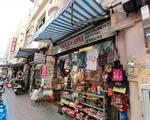 シンコーヒー(グエンティエップ通り店) 外貨両替所に併設している「チュック&アンナ」という雑貨店が右手にあります