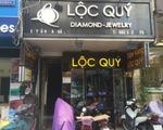 ソアイ・ソアイ 徒歩60歩、約30秒ほどで、左手側に旅行会社、その奥に「LOC QUY」という黒色の看板の置物屋があります。