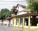 メゾン・マンドー 黄色い壁のカフェを通り過ぎます。その先がY字路になっているので、右に進みます。