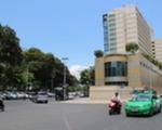 ブンダウ・ホームメイド レライ店 正面にニューワールドホテルが見えたら、右に曲がりましょう。