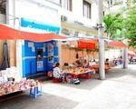 スパ・インターコンチネンタル 道中は露店やコンビニ、カフェに服飾雑貨ショップなどが並んでいます。