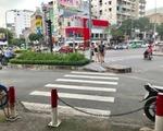 おもてなし・スパ しばらく進むと、交差点に差し掛かります。短い横断歩道を、右斜めに1本渡ります。