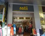 ナティー すぐに「ナチ」がみえます。お店は市民劇場側の通りです。