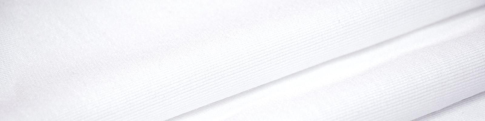 着ていることを忘れる軽さと抜群の伸縮性は新感覚。上質な麻が織りなす光沢感は別格の存在感を醸し出します。世界中でも数台しか存在しない、最先端編み機「Balancir Cular」を採用。ニットの着心地の良さと織物の生地の強さ、2つの良い部分をブレンドした最先端素材です。皺にもなりにくいクラシコだけのオリジナルファブリック