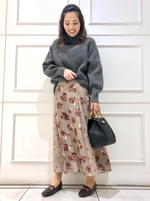 本日は冬にオススメニットをご紹介致します!  優しい肌触りのウール糸を使用したニットプルオーバー。 一枚でサマになるボリューム感がかわいいシルエットです!  そんな冬を盛り上げるニットに、レディなスカートを合わせてみました♪  大人っぽく映える花柄フレアスカートも合わせて、お試しくださいませ!