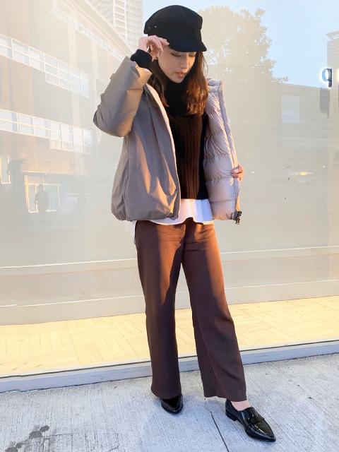 リバーシブルダウンコートのモカをカジュアルに合わせてみました♪ お色違いの黒はブラウンとリバーシブルになっており、 どちらも軽くてお洒落感あるシンプルなデザインとカラー!! デイリー使いに最適ですよね!!  ニットワンピースにレザーブーツ合わせなど綺麗め休日コーデにも★