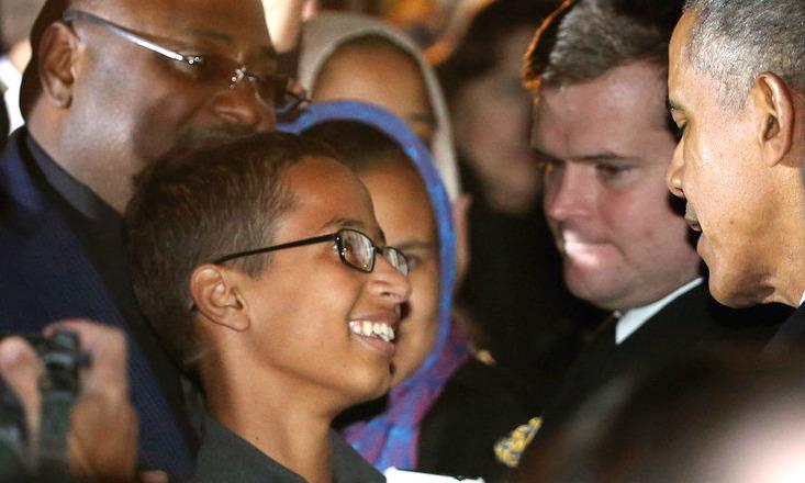 ピンチがチャンスに!手作り時計を爆弾と間違われたモハメド少年がオバマ大統領に会う。