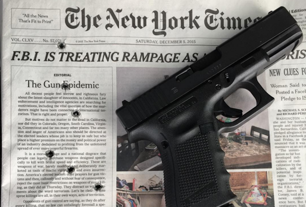 銃規制に反対する保守派のブロガーがニューヨークタイムズ紙一面の社説を撃つ