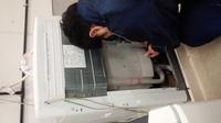 洗濯機の点検作業風景