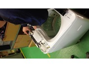 洗濯機の部品交換作業風景