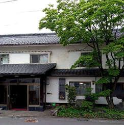 長野県佐久市の中込商店街にある老舗旅館を「共用アトリエ付きシェアハウス」に