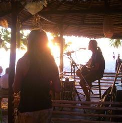 音楽を愛する人達でライブバー+ゲストハウスを経営しながら、世界中から訪れた旅人が一緒に音楽を奏でることのできる空間・場を創りたい!