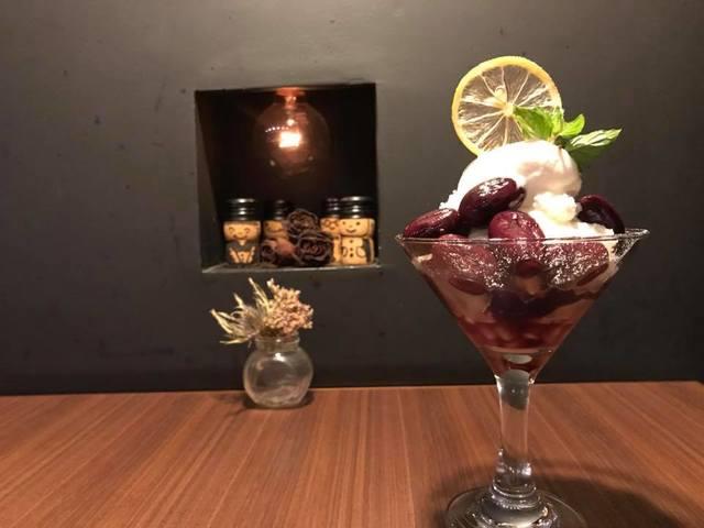 ブドウとクレームダンジュ・シナモンジェラートのパフェ