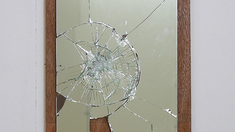 「飛散防止効果」が期待できる鏡の貼り方!