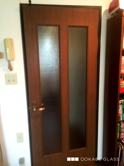 室内ドアのガラスの割れ替えに設置した「型板ガラス(霞) 4mm」(1)