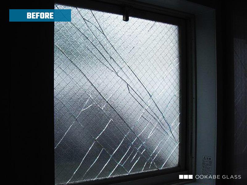 浴室の窓ガラス(網入りガラス)が割れた様子