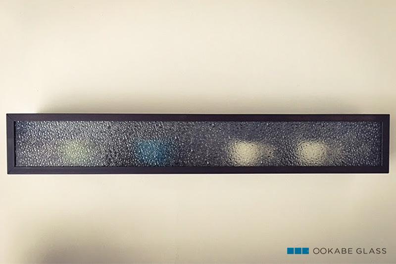 カップ収納のガラスに設置した「ウォータードロップ(SAG-007)」(1)