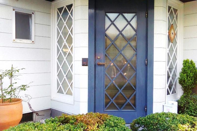 玄関扉と窓に「エストラド 4ミリ」を設置したK様の事例(1