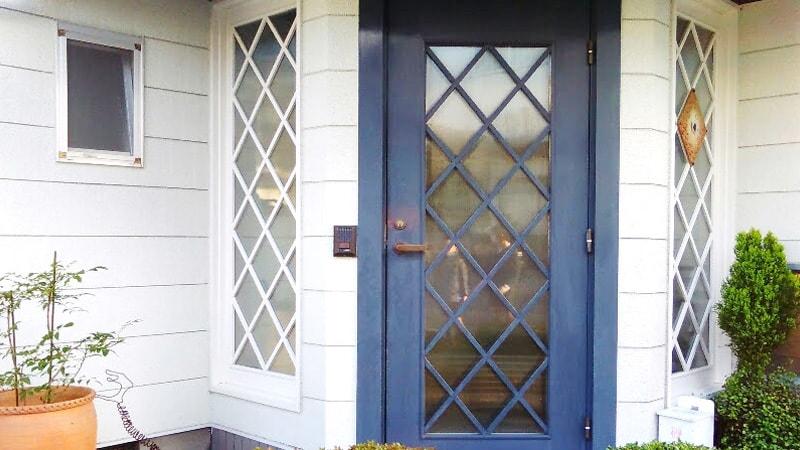 玄関扉と窓に「エストラド(SAG-003)」を設置したK様の事例のお写真