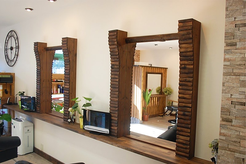美容室の鏡に設置した「ブルーカットミラー」