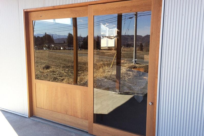 ショップ入り口のドア窓に施工した「強化ガラス(5mm)」(1)