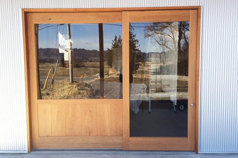 ショップ入り口のドア窓に施工した「強化ガラス(5mm)」(2)