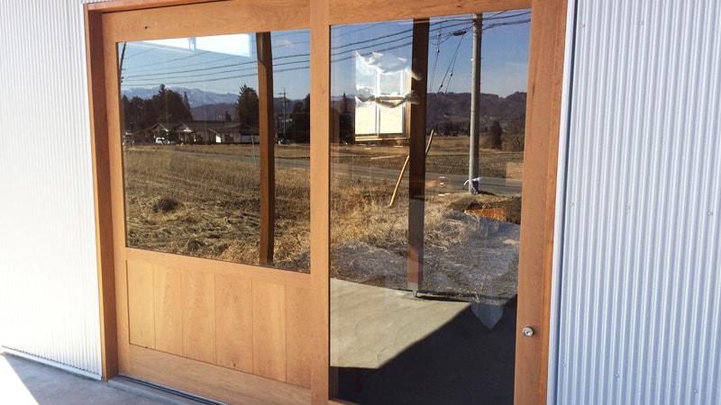 お客様事例 : ショップ入口のドア窓に「強化ガラス(5mm)」を施工した事例(長野県北安曇郡 S様)
