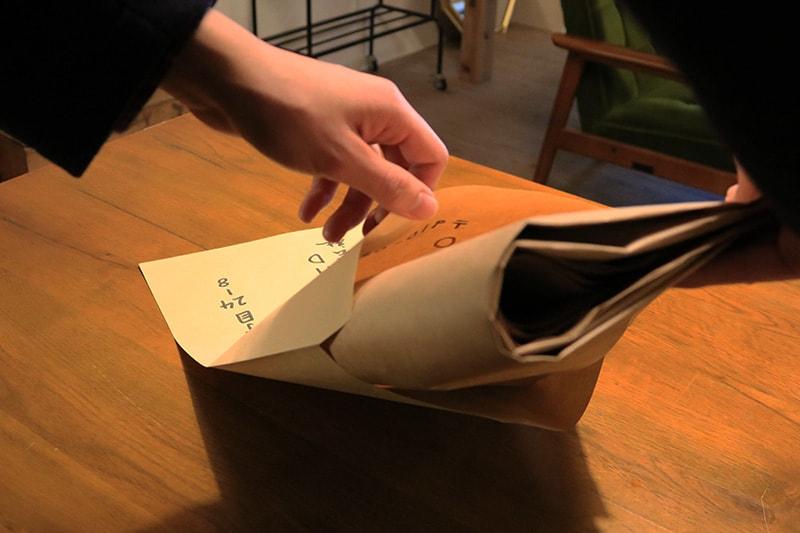 型紙を折り目が付かないように封筒に入れる