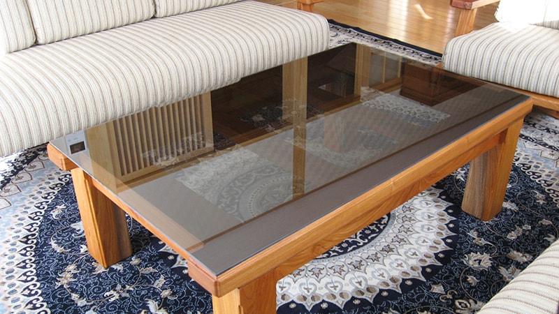 応接間のDIYテーブルの天板に「ブラックミラーガラス」を設置した事例(宮城県角田市 S様)のお写真