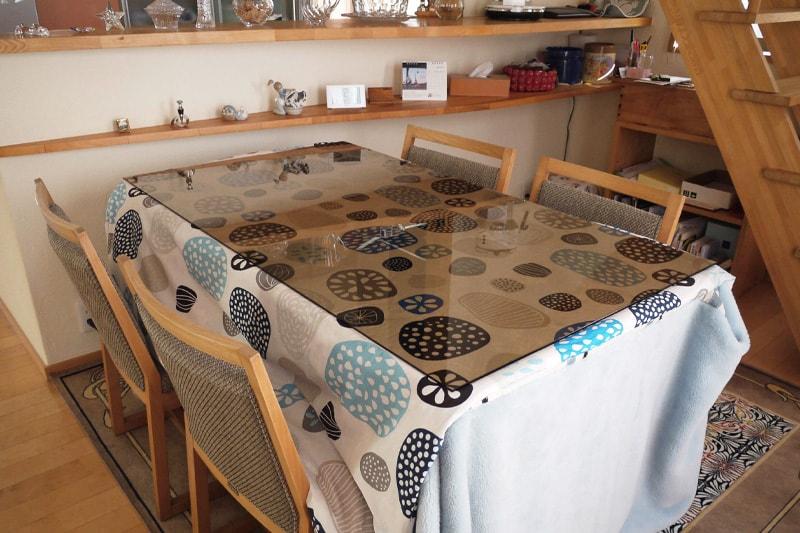 「色ガラス(ブロンズ)」を天板として使用したダイニングテーブル(1)