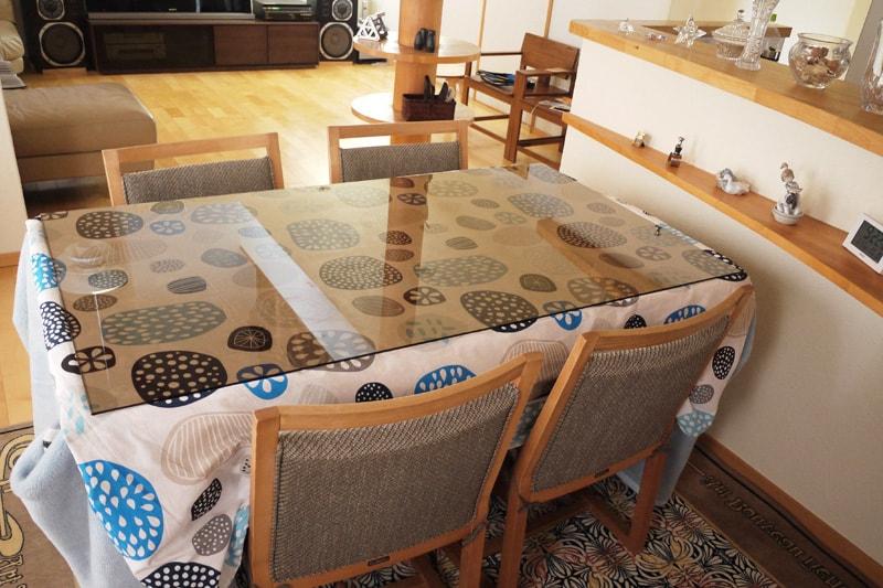 「色ガラス(ブロンズ)」を天板として使用したダイニングテーブル(2)