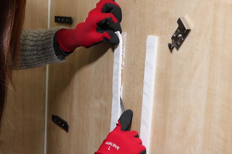 浴室鏡の取り付け方 : ミラーマットの残りを切り取る