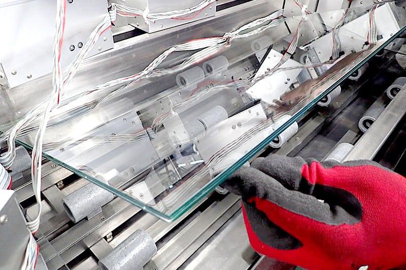 ガラスをこれから設置していく様子(2)