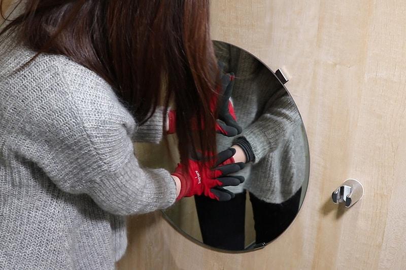 浴室鏡の取り付け方 : 鏡をミラーマット貼り付けて、壁に押さえつける