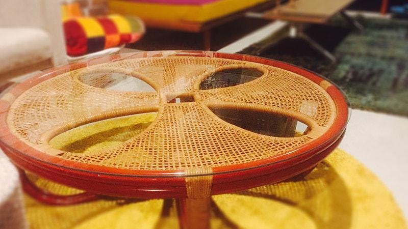 籐テーブルとも相性バツグン!「透明ガラス」の円形テーブルトップ(高知県高知市 K様の事例)のお写真